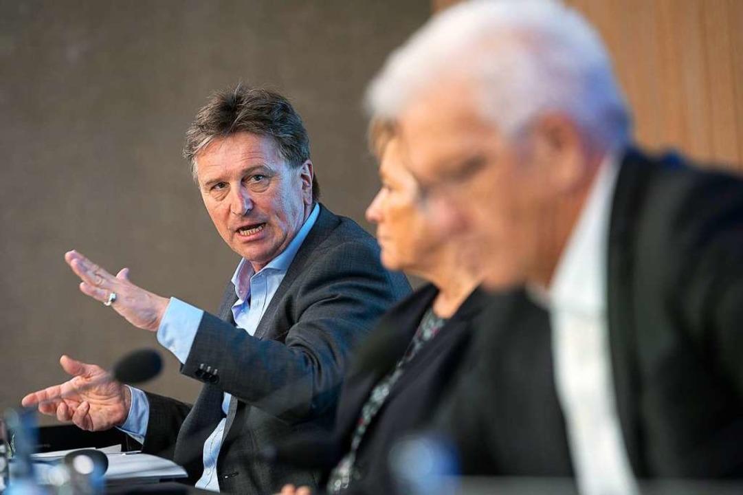 Gesundheitsminister Manfred Lucha (hin...Ministerpräsident Winfried Kretschmann  | Foto: Sebastian Gollnow (dpa)