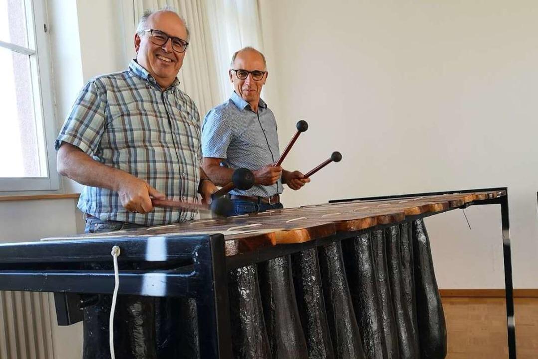 Peter Stöhr (links) und Walter Glunk p...le: ein Bass-Marimbaphon aus Simbabwe.  | Foto: Ralf Burgmaier