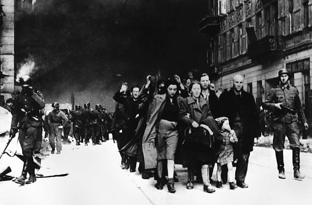 Im Mai 1943 treiben deutsche SS-Soldat... zu 250000 Juden aus Warschau den Tod.    Foto: CAF