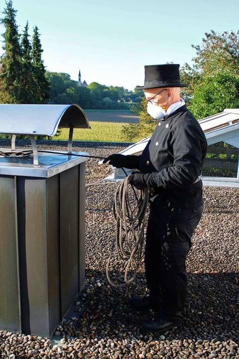 Arbeitsplatz mit Aussicht: Daniel Heiz...einigung eines Schornsteins in Nimburg  | Foto: Annika Sindlinger