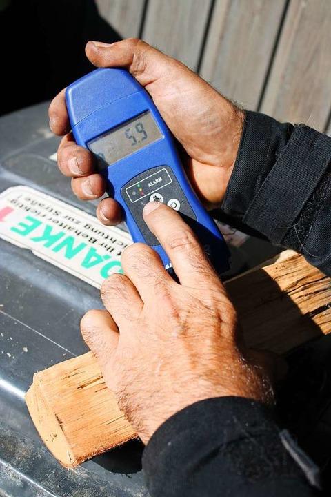 Neben den klassischen Kaminbesen haben... Feuchtigkeit von Feuerholz zu messen.  | Foto: Annika Sindlinger