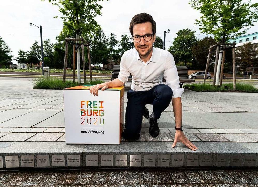 Der Freiburger Oberbürgermeister Marti...fft auf viele weitere Bächleplaketten.    Foto: Patrick Seeger/Stadt Freiburg