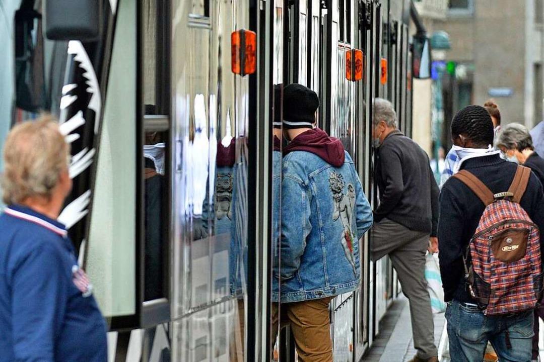 Im Nahverkehr in Freiburg tragen die meisten Fahrgäste Masken (Archivbild).    Foto: Michael Bamberger
