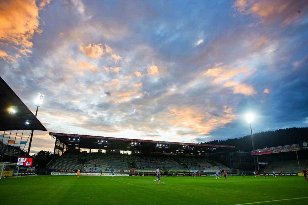 Fußball vor leeren Rängen ist trist – hier kickt der SC Fre  | Foto: Tom Weller (dpa)