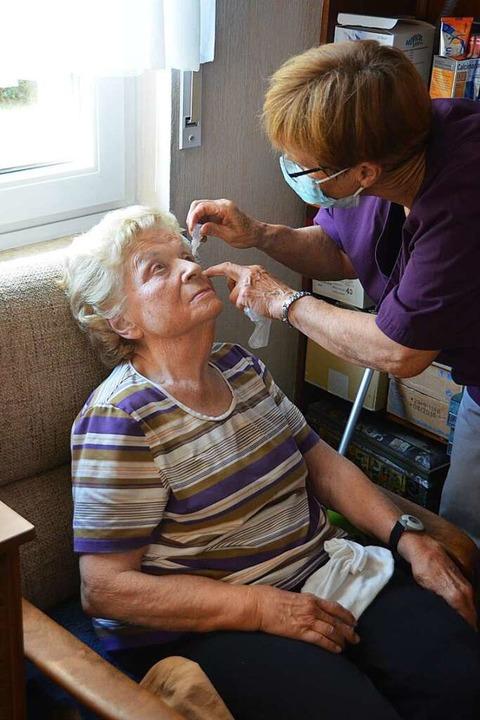 Maria Batz wechselt Thrombose-Strümpfe...lege einer 88-jährigen Gundelfingerin.  | Foto: Sebastian Krüger