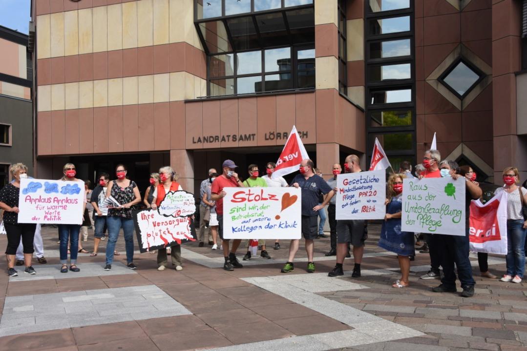 Um 12.15 Uhr versammelten sich die Ver...se zur Kundgebung vor dem Landratsamt.    Foto: Robert Bergmann