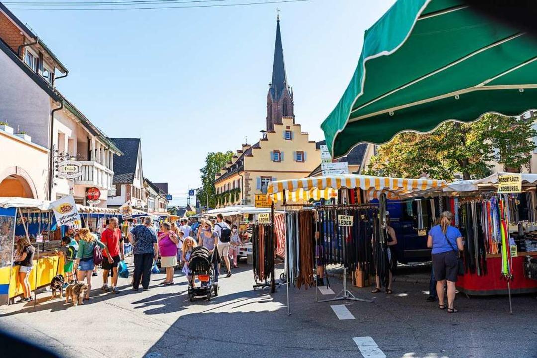 Gut besucht war der Jahrmarkt am Diens...demie besondere Hygieneauflagen galten    Foto: Hubert Gemmert