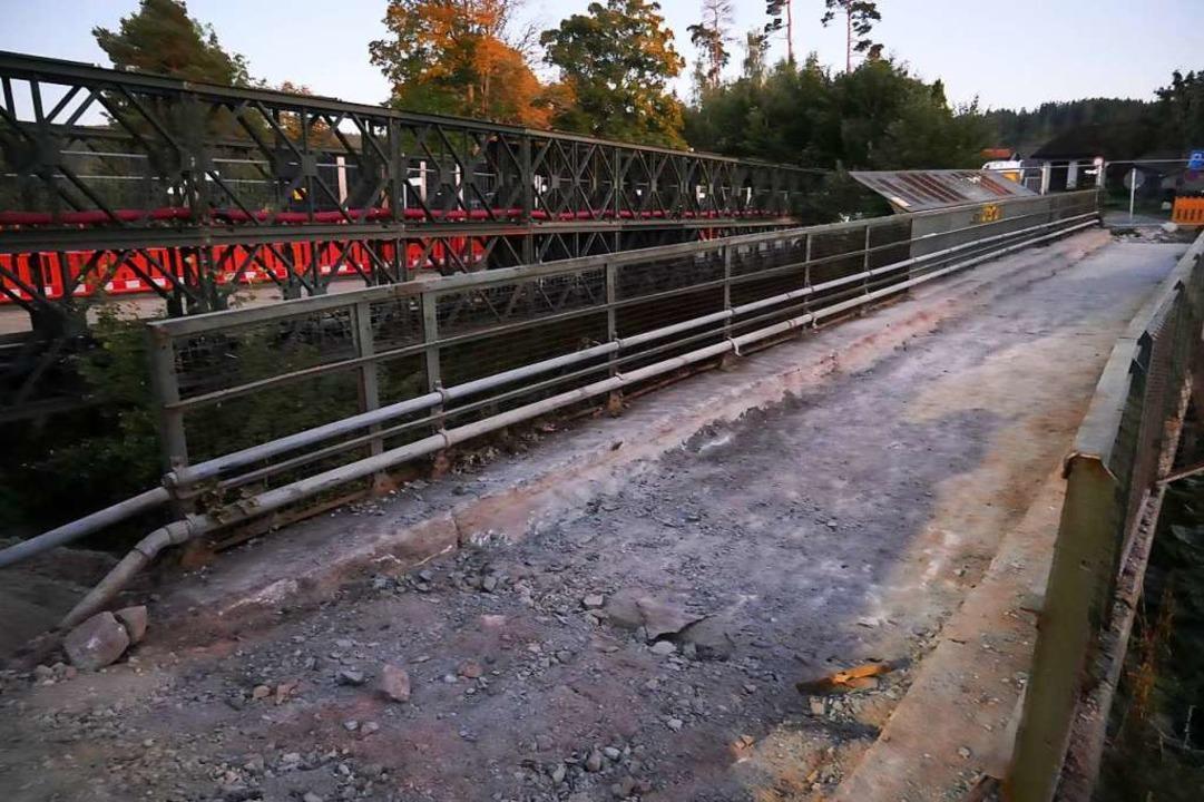 Der Abbau der alten  Wolfsgrundbrücke ...uwerk ist die Behelfsbrücke zu sehen.   | Foto: Eva Korinth