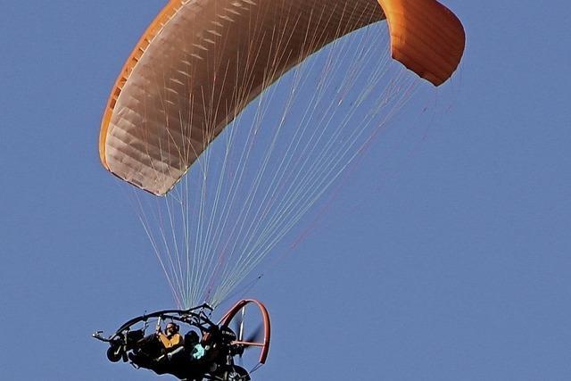Ein Motorgleitschirm darf starten und landen