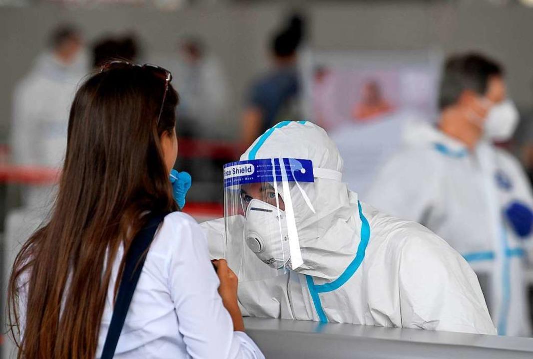 Wien: Eine Studentin besucht eine Covi...ien, im Austria Center Vienna, testen.  | Foto: Roland Schlager (dpa)