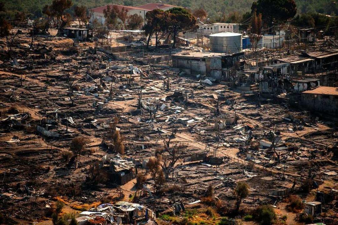 Die Ruinen des abgebrannten Flüchtlingslagers Moria auf Lesbos  | Foto: ANGELOS TZORTZINIS (AFP)