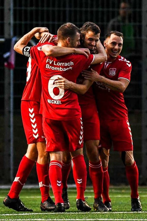 Lörracher Jubeltraube mit Benedikt Nic...m 3:0 durch Vincent Kittel (verdeckt)   | Foto: Gerd Gruendl