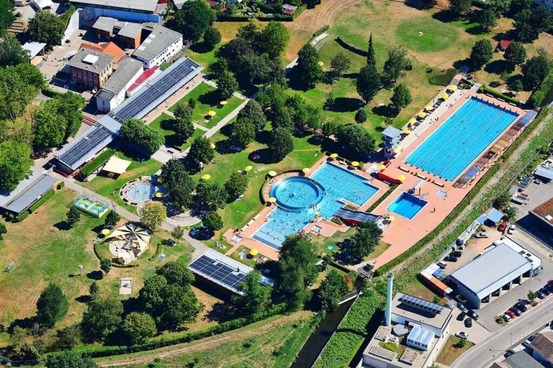 Das Lörracher Parkschwimmbad aus der V...hwimmer müssen ins Hallenbad wechseln.  | Foto: Erich Meyer