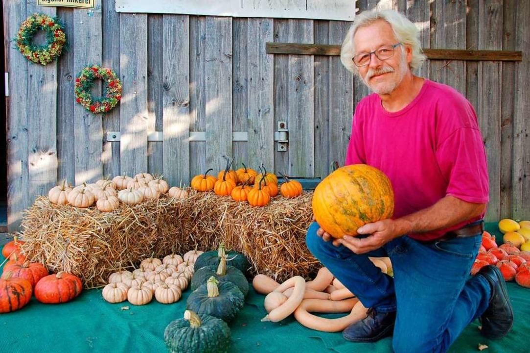 Der Heuweiler Landwirt Thomas Buderer mit seinen Kürbissen.    Foto: Andrea Steinhart