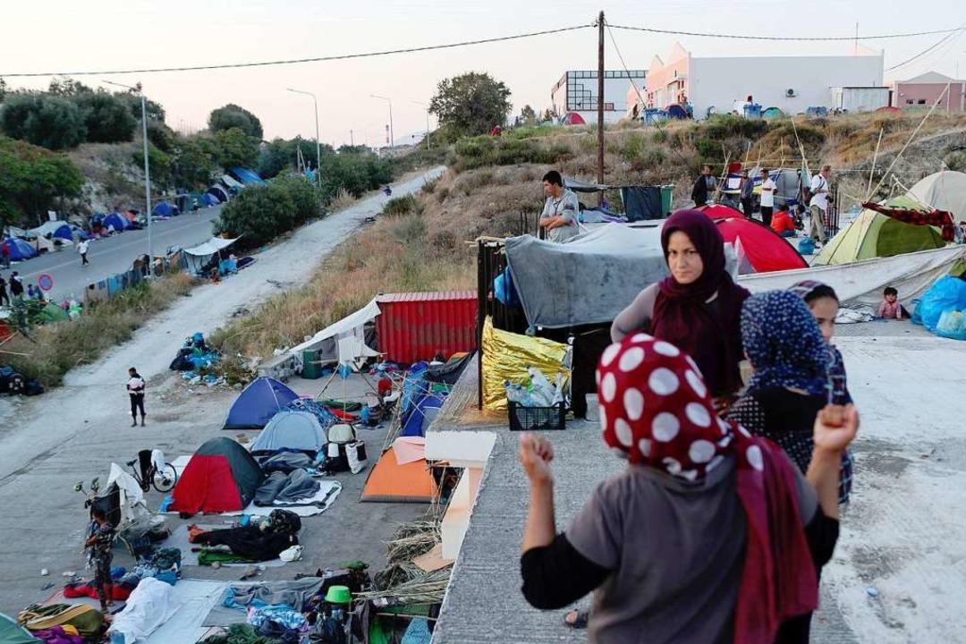 Flüchtlinge aus dem abgebrannten Camp Moria campieren auf der Straße.  | Foto: Petros Giannakouris (dpa)