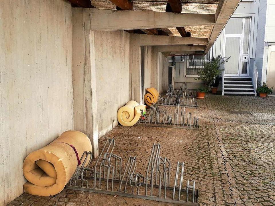 In Hinterhöfen lagert die Gruppe ihre Matratzen.  | Foto: Fabian Vögtle