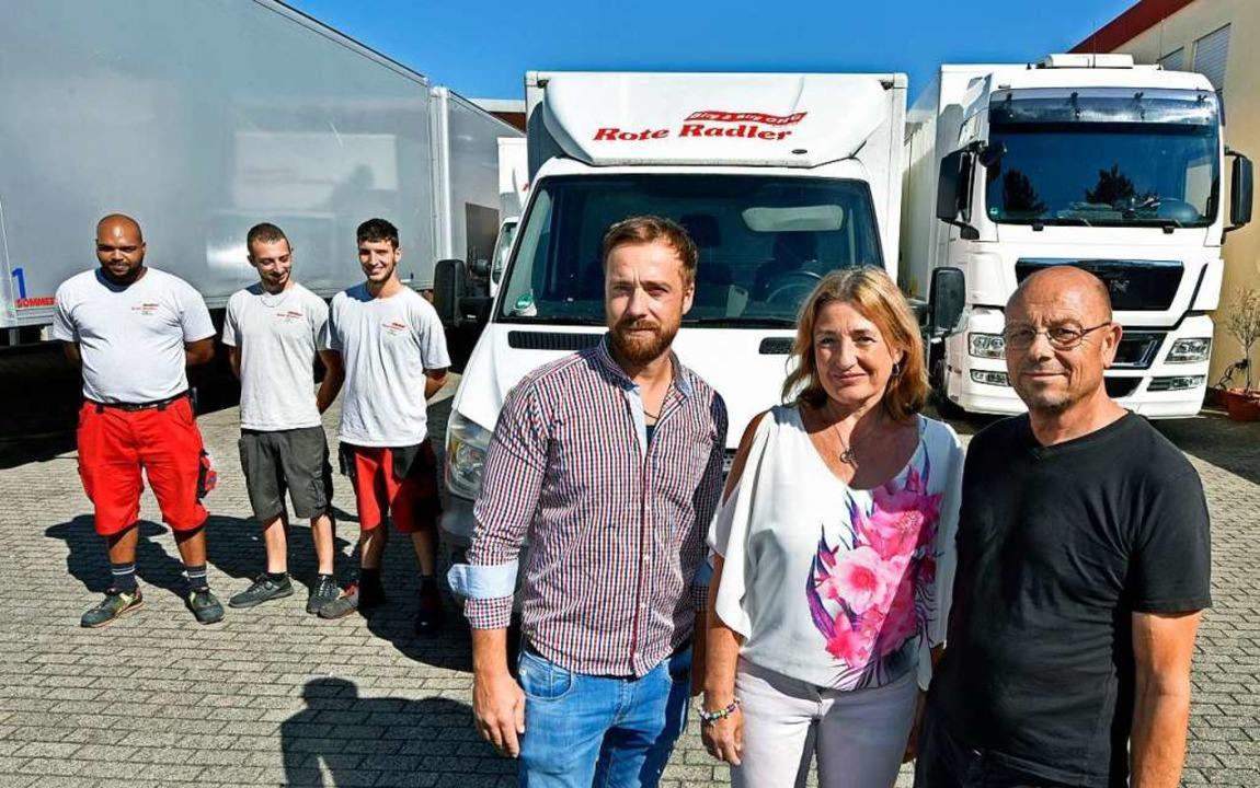 Joshua Birg (Vierter von links) mit  s...kolaus Birg sowie seinen Mitarbeitern.  | Foto: Michael Bamberger