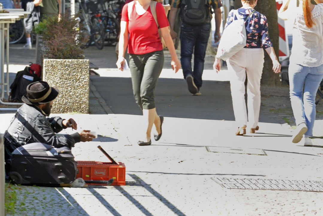 In der Eisenbahnstraße zwischen Hauptb...er Bettler mit ihren Koffern zu sehen.  | Foto: Michael Bamberger