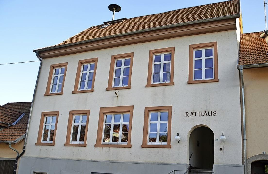Das Eichener Rathaus soll verkauft, aber erhalten werden.  | Foto: Edgar Steinfelder