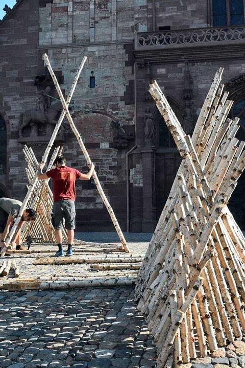 Augustas Serapinas' hölzerne Ins...wird vor dem Basler Münster aufgebaut.  | Foto: Annette Mahro