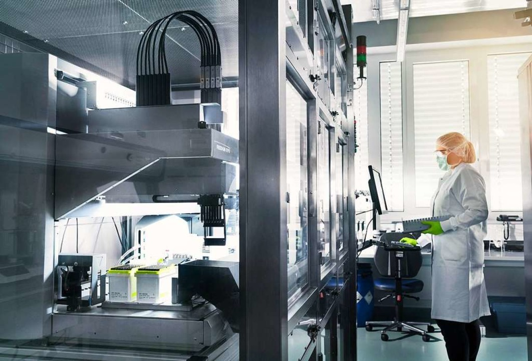 Eine Mitarbeiterin von Biontech steht im Labor des Unternehmens.  | Foto: Stefan Albrecht, Biontech (dpa)