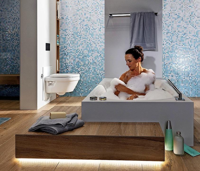 Für das Wohlfühlgefühl sollte die Bade... Trennwand trägt zur Heimeligkeit bei.    Foto: Vereinigung Deutscher Sanitärwirtschaft / ©Viega