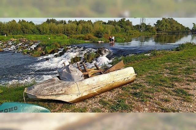 Kanuten sammeln Müll ein