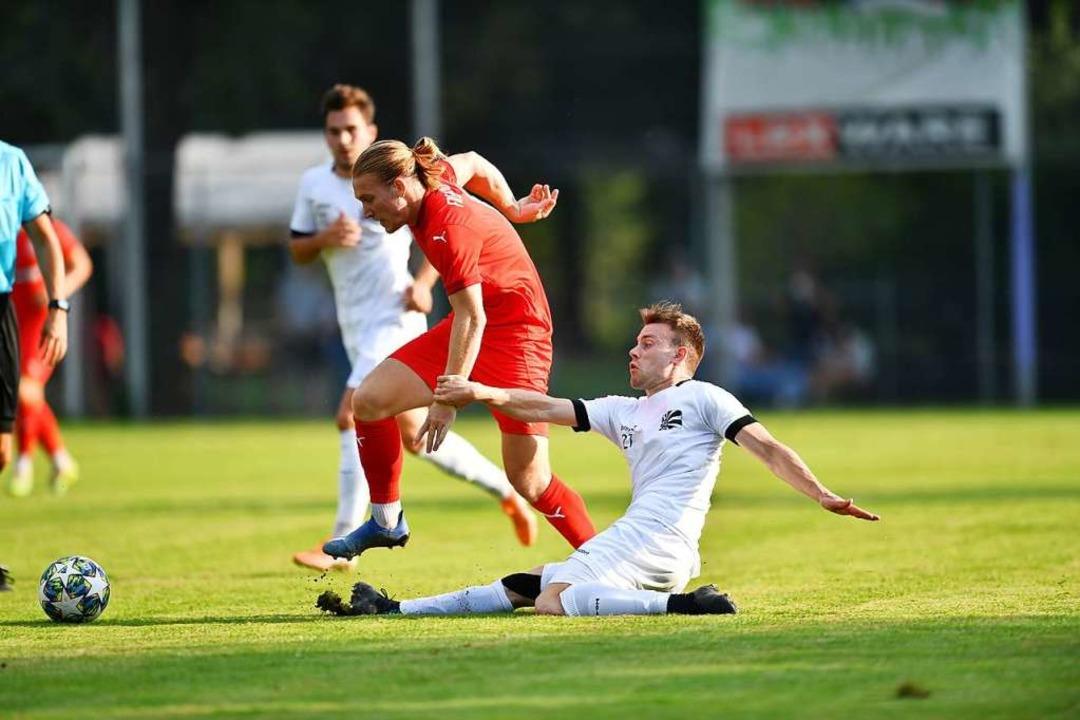 Jannik Beha (rechts) erkämpfte mit dem...en einen 1:0-Sieg beim Freiburger FC.   | Foto: Achim Keller