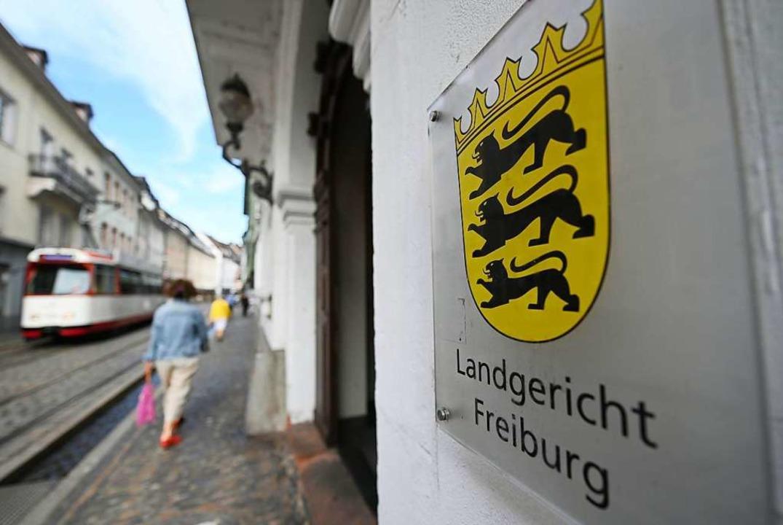 Der Prozess vor dem Freiburger Landger...s Angeklagten, aber auch seiner Opfer.  | Foto: Patrick Seeger (dpa)