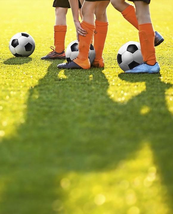 Tagsüber kickt ein Fußballer mit einem, Schatten, nachts mit vier Schatten.  | Foto: Dembowiak