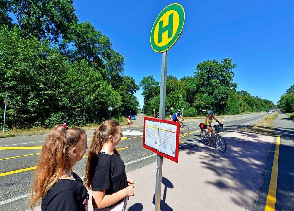 Um das Parkchaos zu mildern, hält der Bus seit Juli am Opfinger See.  | Foto: Michael Bamberger