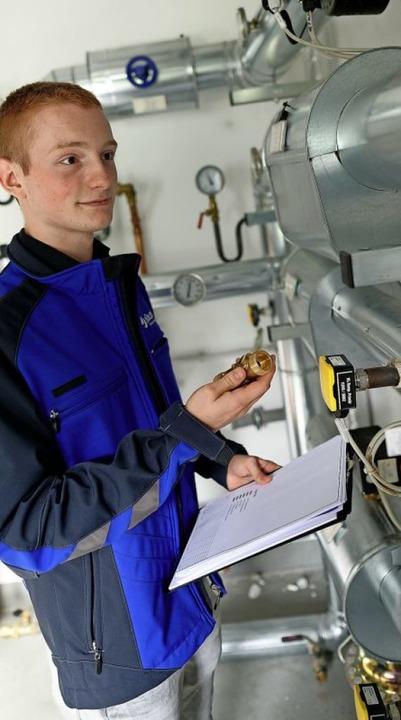 Ein Technikraum im Forschungszentrum J...er überprüft Moritz Bonk eine Anlage.   | Foto: Henning Kaiser