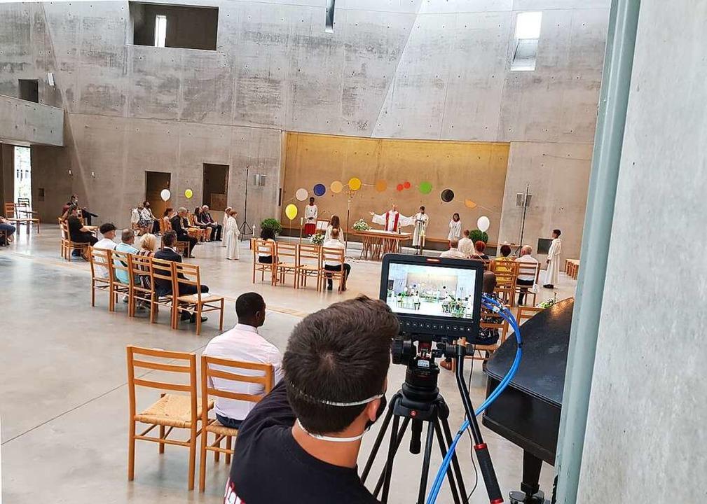 Feiern mal anders: In der Kirchengemei...efeiert und per Livestream übertragen.  | Foto: Simone Richter