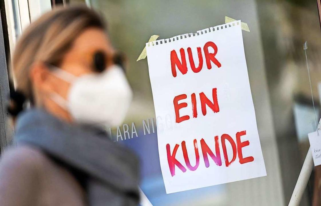 Viele Einzelhändler klagen über schlep...chränkungen wegen der Corona-Pandemie.  | Foto: Peter Kneffel (dpa)