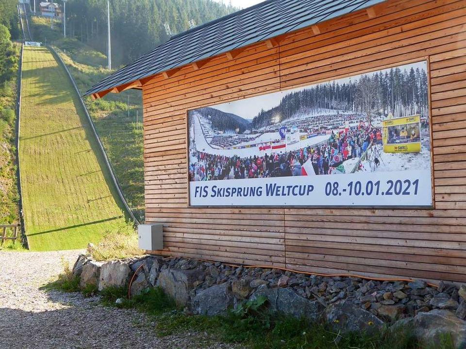 Das Werbeplakat für den nächsten Skisp... geht von einem vollen Skistadion aus   | Foto: Peter Stellmach