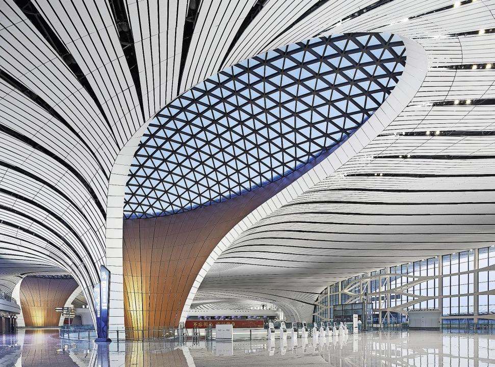 Erhebende Dynamik statt Schuhschachtel...Airport Beijing Daxing, eröffnet 2019.  | Foto: Hufton & Crow