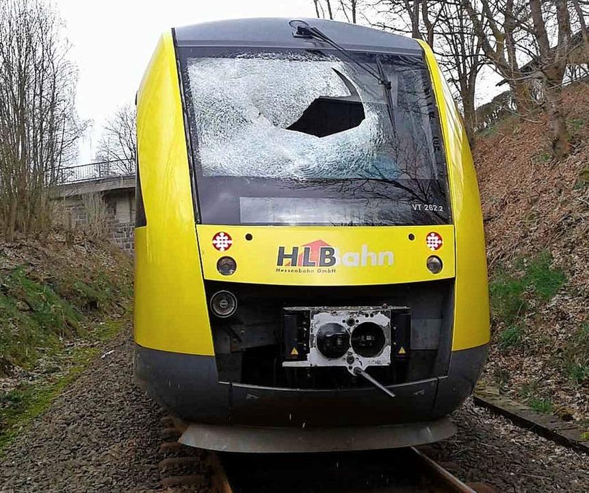 Zerstörte Frontscheibe nach der vermeintlichen Attacke auf den Regionalzug  | Foto: ---
