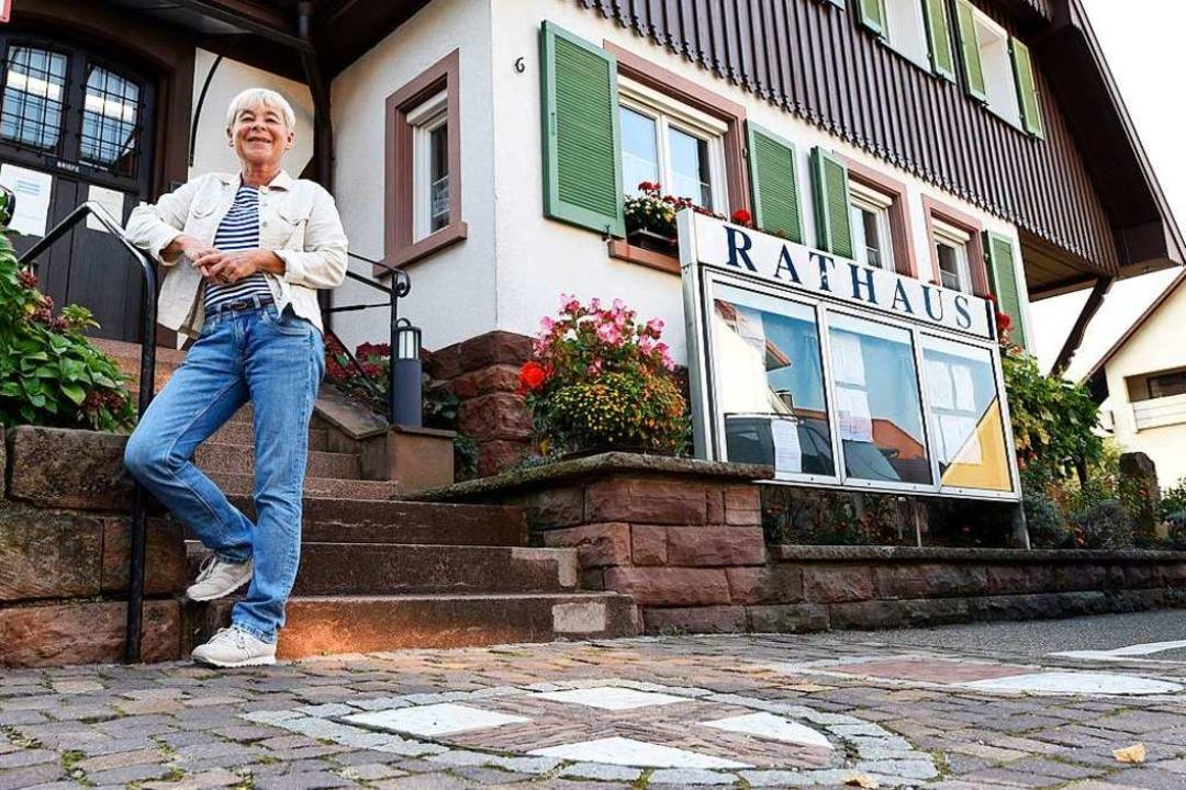 Beate Schramm vor dem Ebneter Rathaus,...u an die neue Grundschule zu verlegen.  | Foto: Thomas Kunz