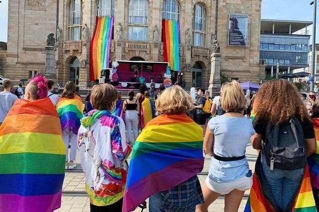 1500 Teilnehmer zeigen Flagge am Freiburger Christopher Street Day