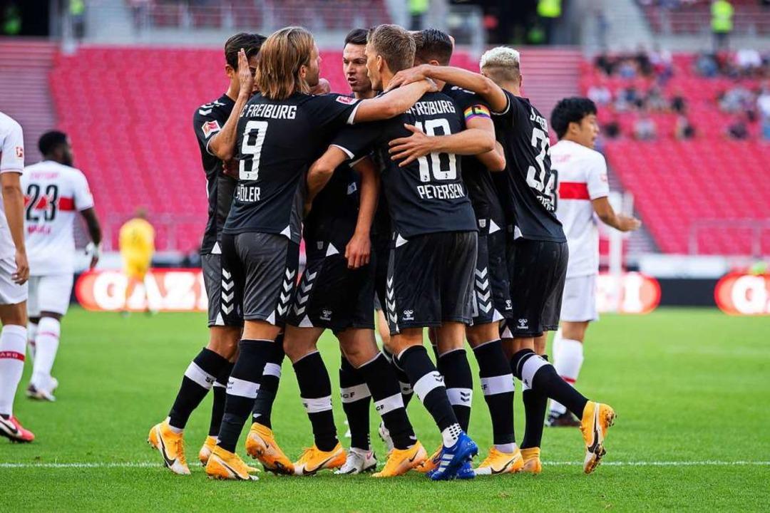 Jubel bei den Freiburgern – 3:2 gewinnen der Sportclub in Stuttgart.  | Foto: Tom Weller (dpa)