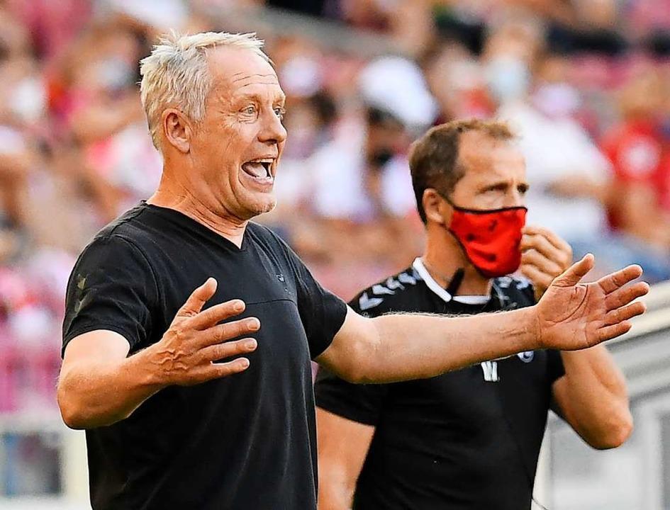 Christian Streich engagiert an der Sei...er erste Sieg in der Landeshauptstadt.  | Foto: THOMAS KIENZLE (AFP)