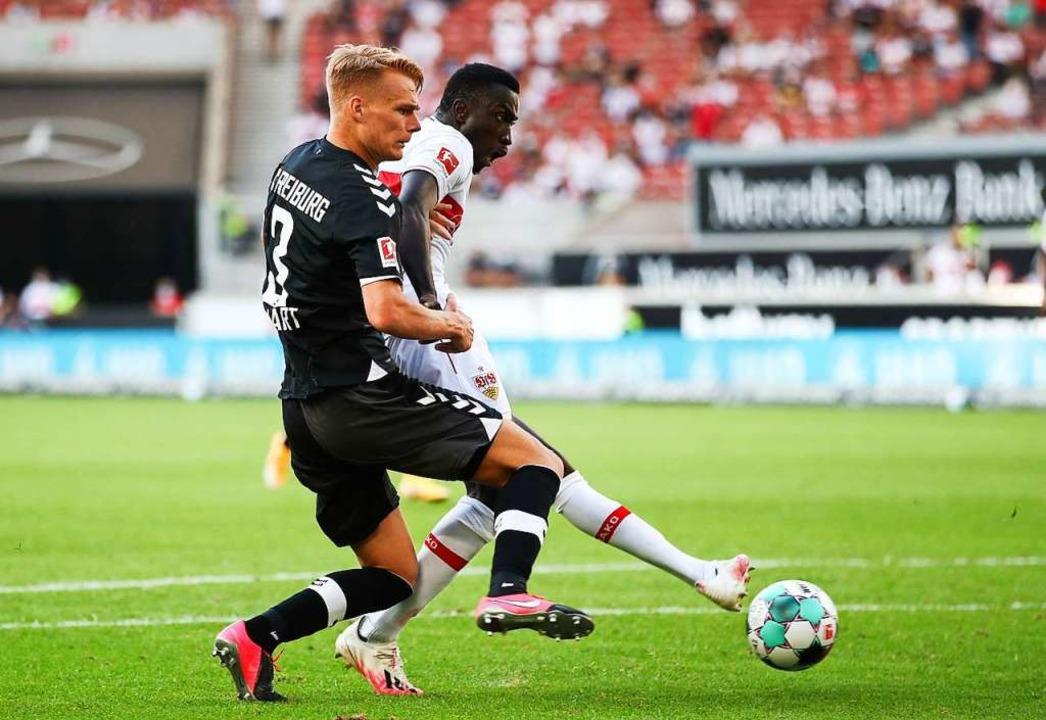 Philipp Lienhart hat Glück, dass sein Handspiel keinen Elfmeter nach sich zieht.  | Foto: Tom Weller (dpa)