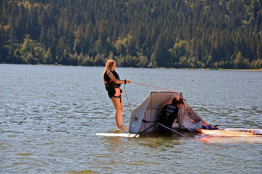 Gekentert: Das Boot aufzurichten  ist gar nicht so einfach.  | Foto: Ulrike Ott