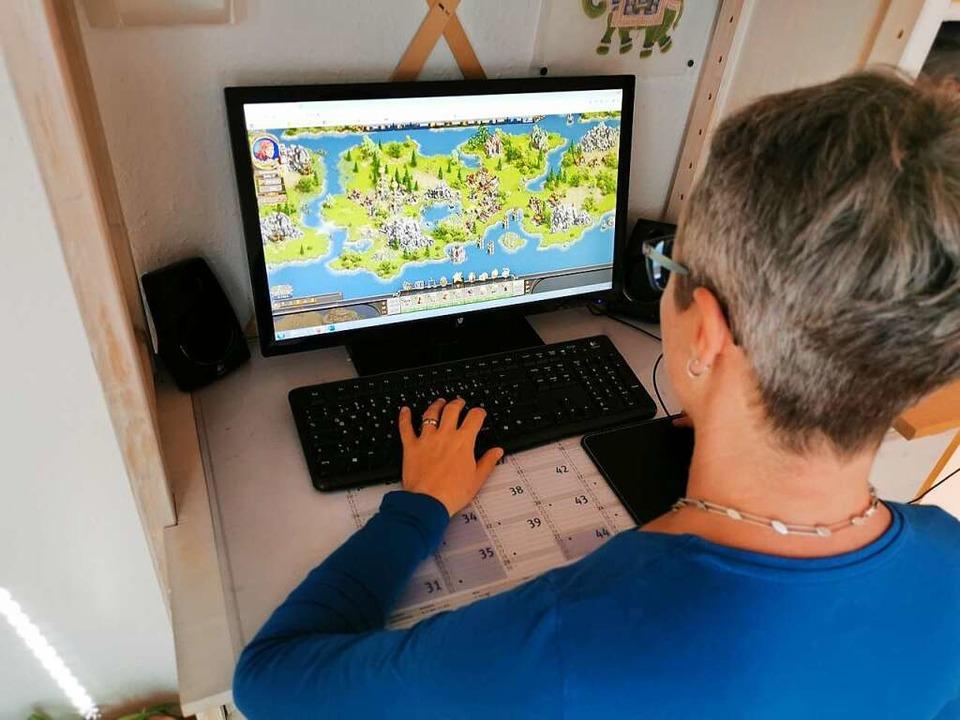 Zocken statt Zen: BZ-Redakteurin Manuela Müller beim Spielen im Internet.  | Foto: Willi Müller