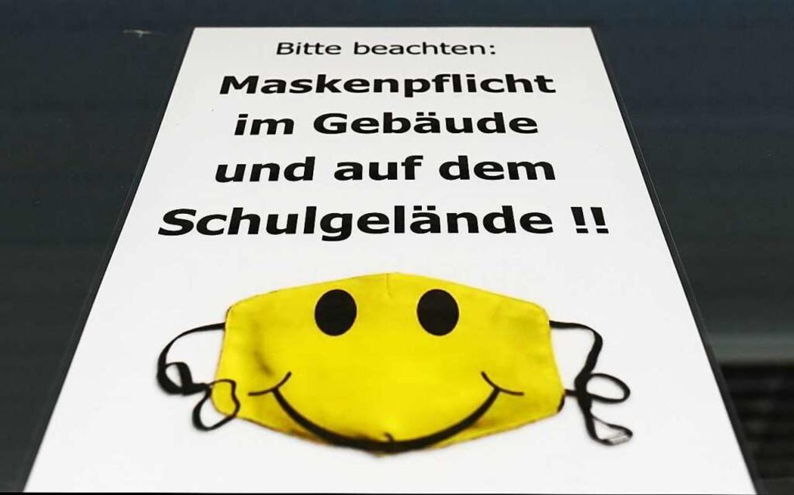 Ein Plakat mit dieser Aufschrift hängt...des Karlsruher Max-Planck-Gymnasiums.   | Foto: Uli Deck (dpa)