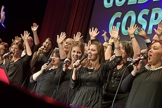 Der Golden Harps Gospel Choir singt Open Air vor der Johann-Philipp-Glock-Halle