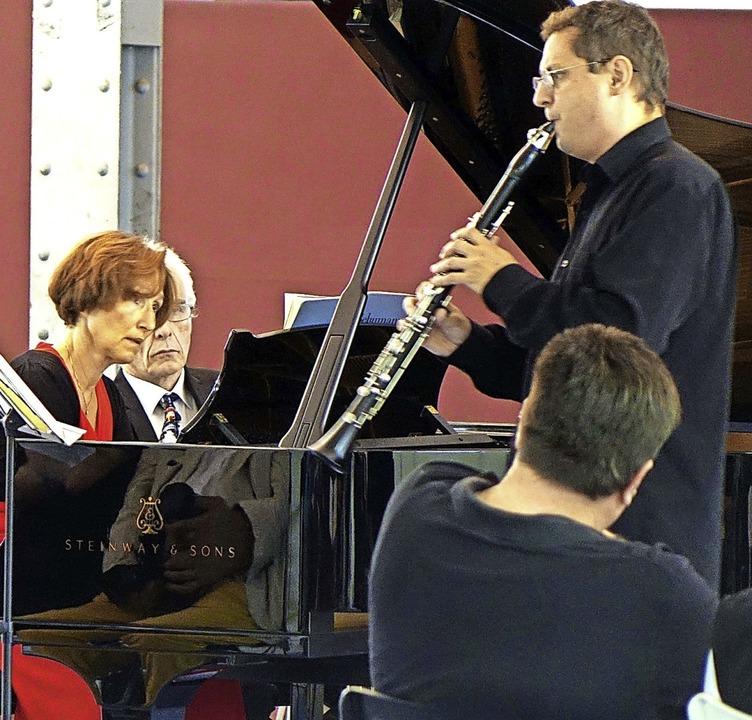 Der Klarinettist Robert Oberaigner und...real in Fahrnau seit der Corona-Krise.  | Foto: Roswitha Frey