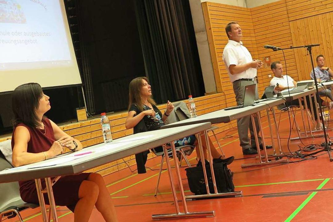 Schulleiterin Nadine Mohr (Mitte) erlä...en Möglichkeiten der Schulentwicklung.  | Foto: Beatrice Ehrlich