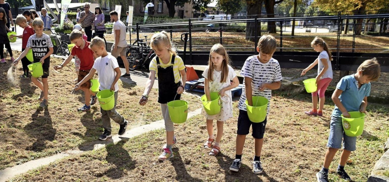 Kinder sähen eine Fläche bei der Musikschule ein.     Foto: Barbara Puppe