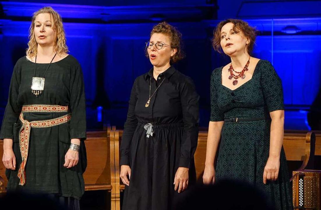 "Drei Frauen, drei Kulturen: Outi Pulki...hanté"" in der Riehener Dorfkirche  | Foto: Roswitha Frey"